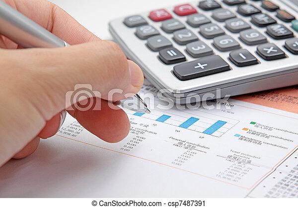 Die Hand des Geschäftsmannes zeigt ein Diagramm über den Finanzbericht mit Feder. - csp7487391