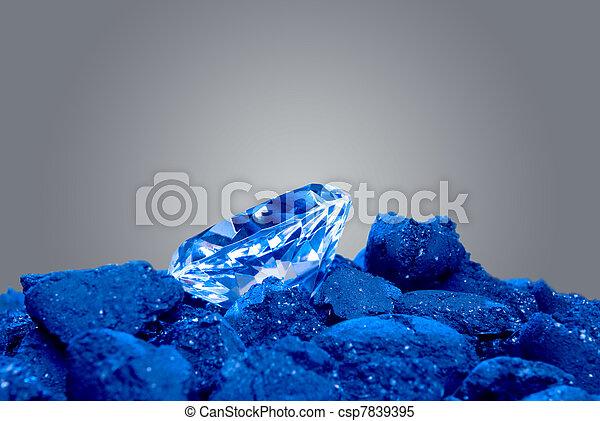 Ein Diamant in einem Haufen Kohle - csp7839395
