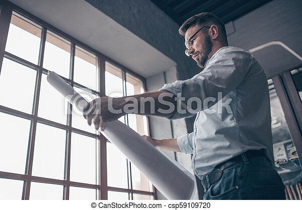 Ingeniero maduro con un dibujo - csp59109720