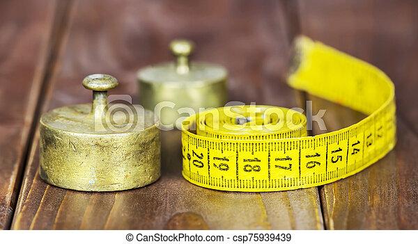 dieta, pérdida, peso, rústico, tela, cinta, concepto, pesas, metal, bandera, medida - csp75939439