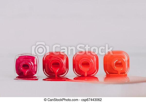 différent, bouteilles, répandre, bois, nuances, surface, clou, pourpre, rouges, orange, polonais, couleur - csp67443062