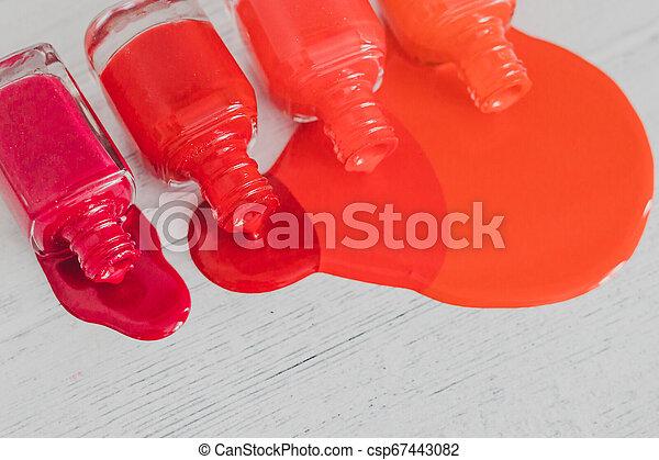 différent, bouteilles, répandre, bois, nuances, surface, clou, pourpre, rouges, orange, polonais, couleur - csp67443082