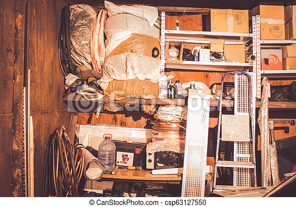 différent, vieux, choses, haut, garage, entassé, déchets ménagers - csp63127550