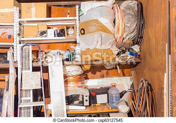 différent, vieux, choses, haut, garage, entassé, déchets ménagers - csp63127545