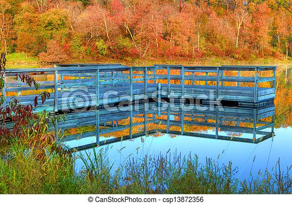 Alta Dynamic Range de un muelle de botes y colores de otoño - csp13872356