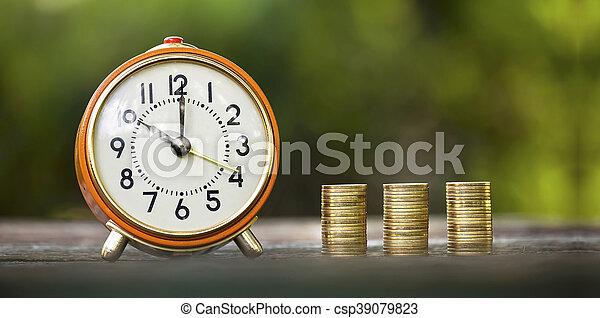 Reloj de alarma y monedas de dinero - csp39079823