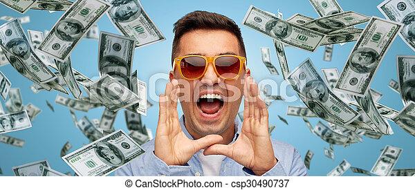 Cara de hombre gritando con dinero de un dólar cayendo - csp30490737
