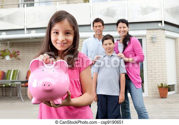 Una chica ahorrando dinero con una familia atrás - csp9190651