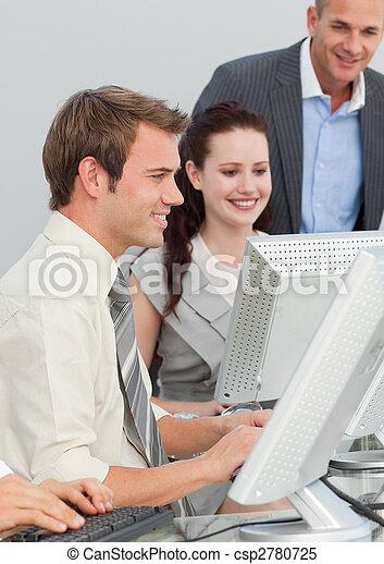Gente de negocios y gerente trabajando en una oficina - csp2780725