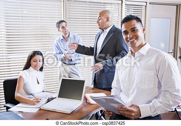 El gerente se reúne con los empleados, dirigiendo - csp3837425