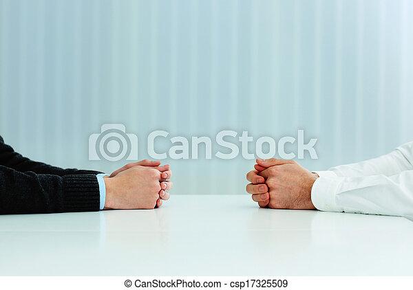 discussion., immagine, due, loro, closeup, uomini affari, mani, tavola, detenere - csp17325509