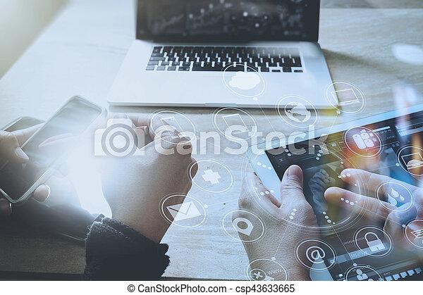 Diseñador de mano usando pagos móviles en internet, omni Channel, en la oficina moderna de madera, en pantalla de interfaz gráfica, gafas, filtro - csp43633665