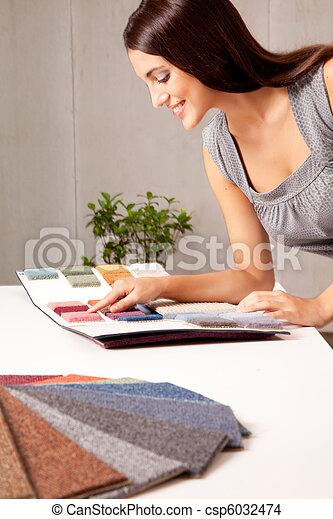 Diseñador con muestras de alfombra - csp6032474