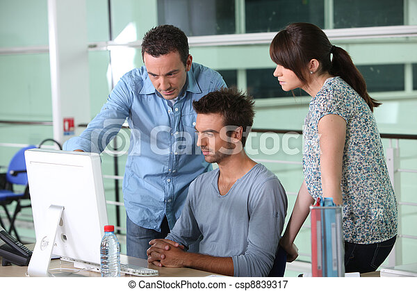 Grupo de diseñadores en la oficina - csp8839317