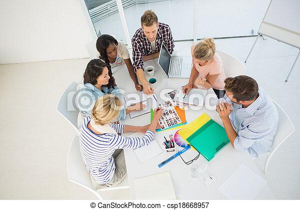 Jóvenes grupos de diseño juntos - csp18668957