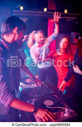 Deejay in der Disko - csp24840584