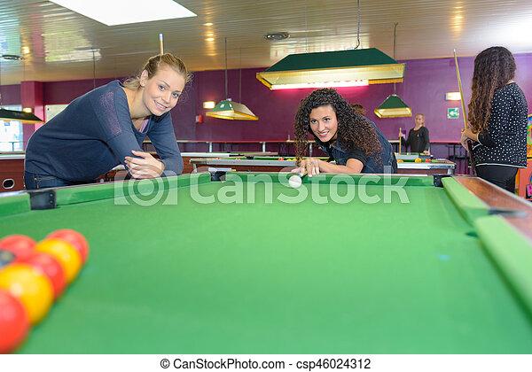 Chicas jugando al billar - csp46024312
