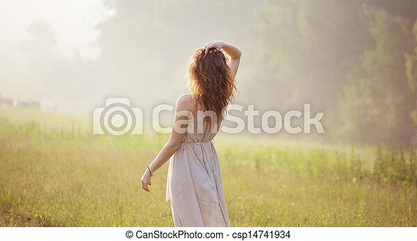 Mujer joven mirando a la distancia - csp14741934