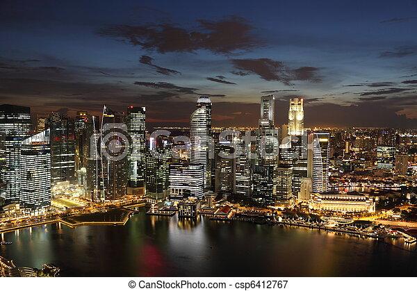 El crepúsculo singaporeat del centro. Vista completa del distrito de negocios. - csp6412767