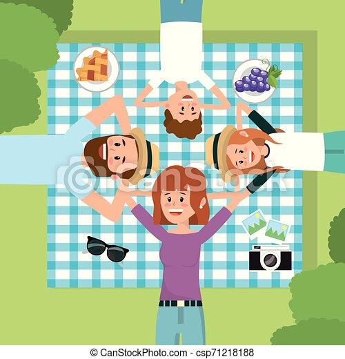 Familia divertida juntos en la relajación del mantel - csp71218188