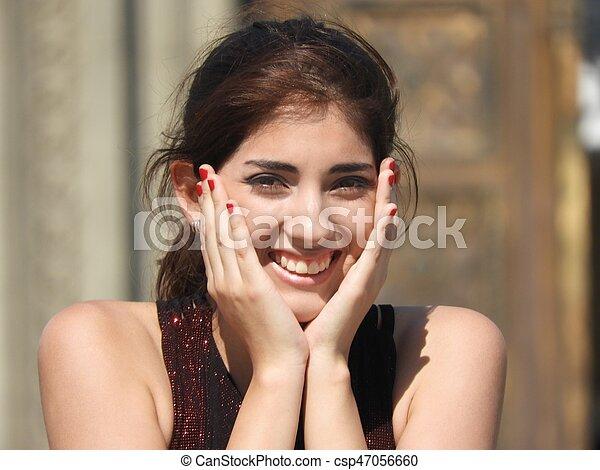 Una mujer feliz y emocionada - csp47056660
