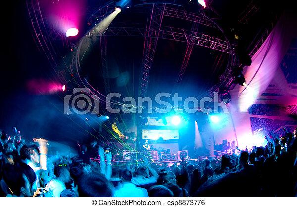 La gente se divierte en el concierto - csp8873776