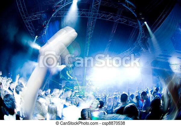 La gente se divierte en el concierto - csp8870538