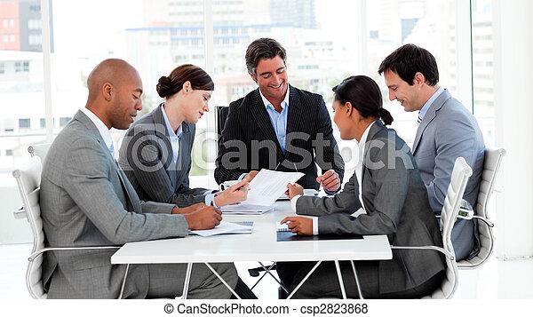 Los grupos de negocios muestran diversidad étnica en una reunión - csp2823868