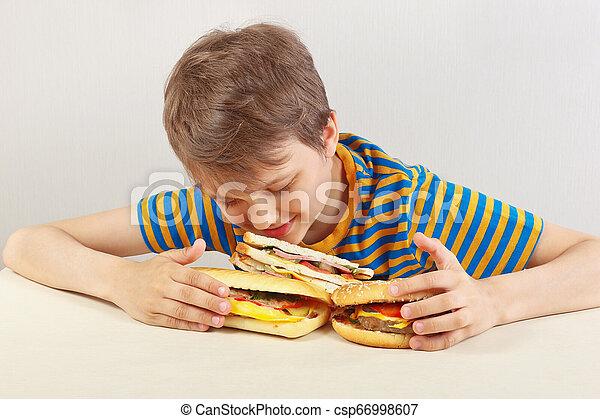 divertente, panino, camicia, ragazzo, giovane, fondo, tavola, bianco, strisce, hamburger - csp66998607