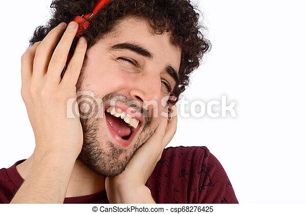 Un joven gracioso con auriculares - csp68276425