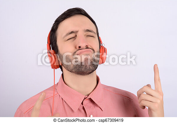 Un joven gracioso con auriculares - csp67309419