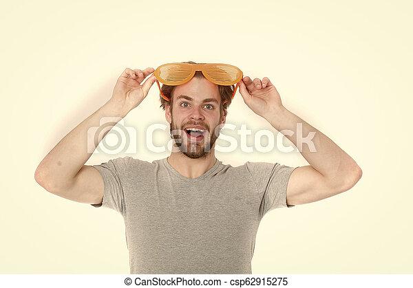 Lentes de fiesta naranjas a un joven divertido con camisa casual - csp62915275