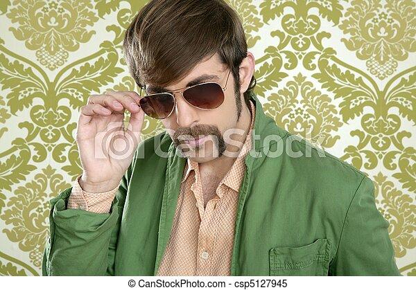 El vendedor es un tipo con bigotes raros - csp5127945