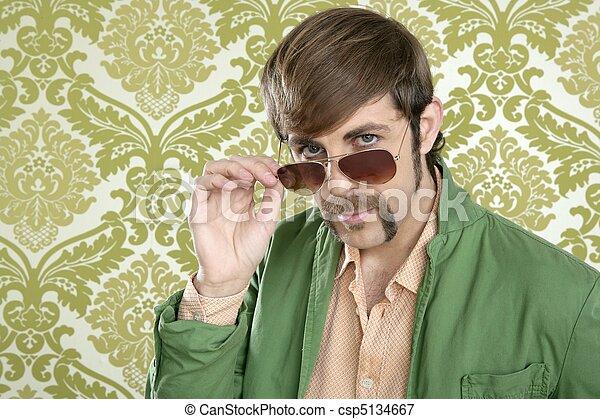 Hombre de ventas retro Geek con bigote raro - csp5134667