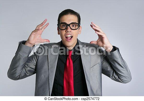Hombre de negocios loco con gafas y trajes raros - csp2574772