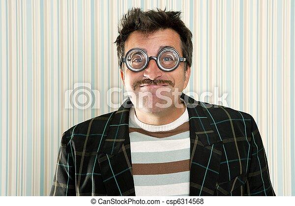 Nerd tontito gafas miópicas hombre gesto gracioso - csp6314568