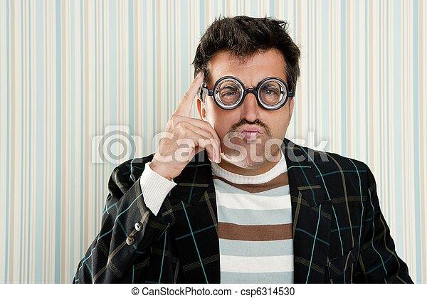 El loco de los nerds miópicos piensa en un gesto gracioso - csp6314530