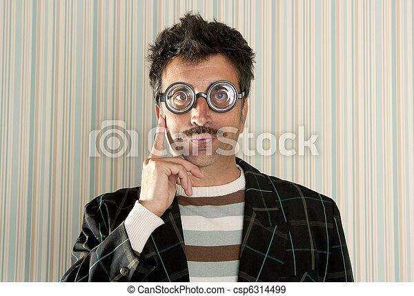 El loco de los nerds miópicos piensa en un gesto gracioso - csp6314499