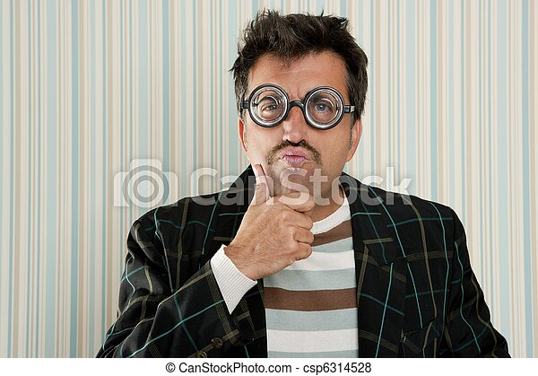 El loco de los nerds miópicos piensa en un gesto gracioso - csp6314528
