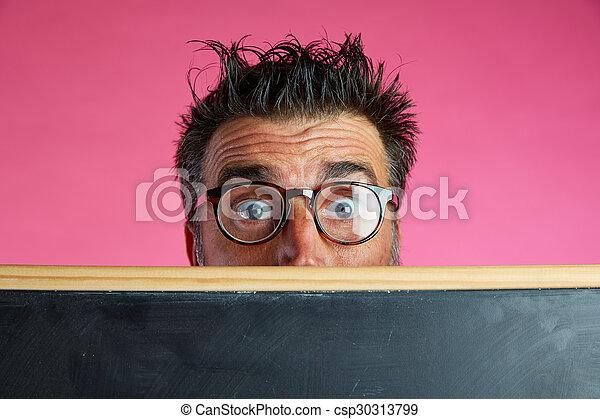 Hombre nerd loco detrás de la pizarra gesto gracioso - csp30313799