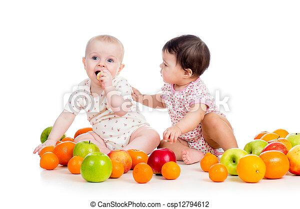 Niños graciosos comiendo frutas saludables aisladas en el fondo blanco - csp12794612