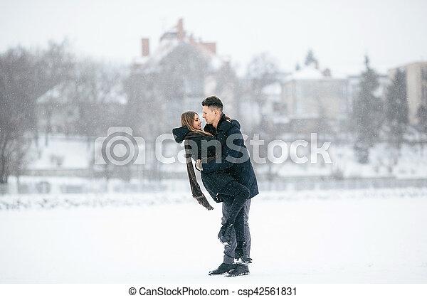 divertimento, par, jovem, tendo - csp42561831