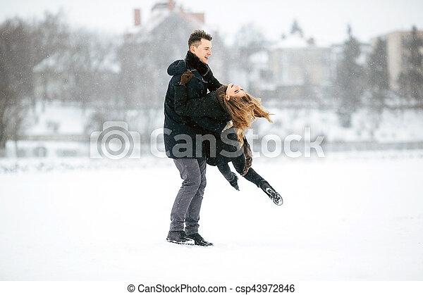 divertimento, par, jovem, tendo - csp43972846