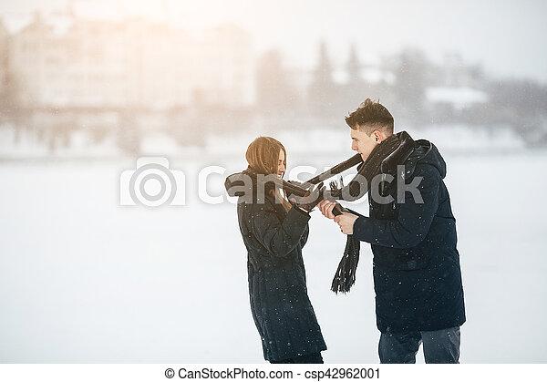 divertimento, par, jovem, tendo - csp42962001