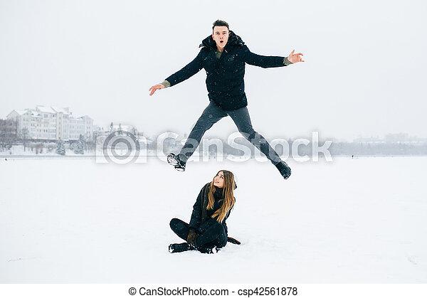 divertimento, par, jovem, tendo - csp42561878