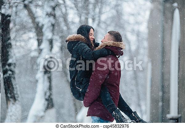 divertimento, par, tendo, jovem, neve - csp45832976