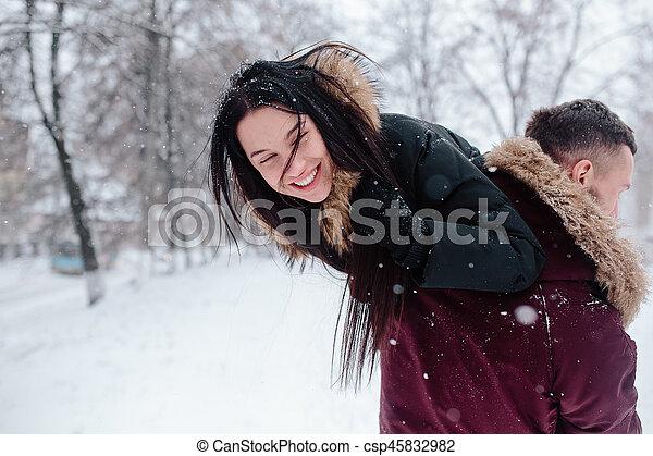 divertimento, par, tendo, jovem, neve - csp45832982