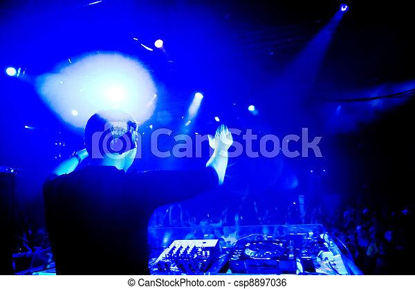 Dj en el concierto - csp8897036
