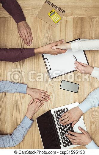 documenti, tremante, cima, businesspeople, posto lavoro, mani, riunione, laptop, vista - csp51595138