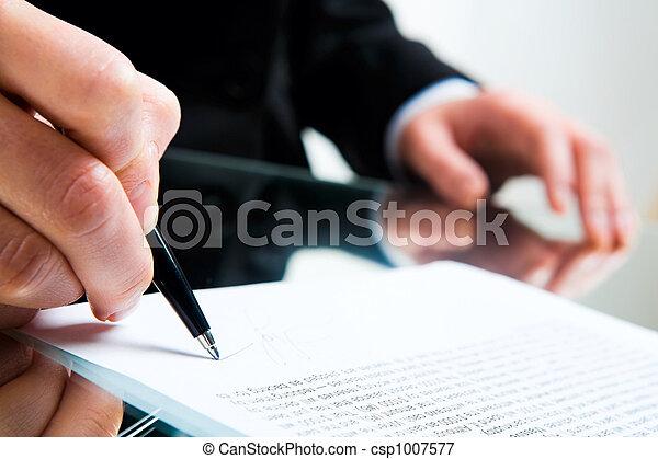 Firmando documentos de negocios - csp1007577
